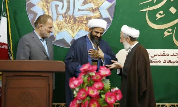 تجلیل از« بیآزار تهرانی» برای خدمت به سیل زدگان در مسجد مقدس جمکران