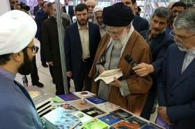 بازدید رهبر انقلاب اسلامی از غرفه انتشارات مسجد مقدس جمکران