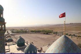 اهتزاز پرچم منقش به شعار یا لثارات الحسین(ع) بر فراز گنبد مسجد جمکران