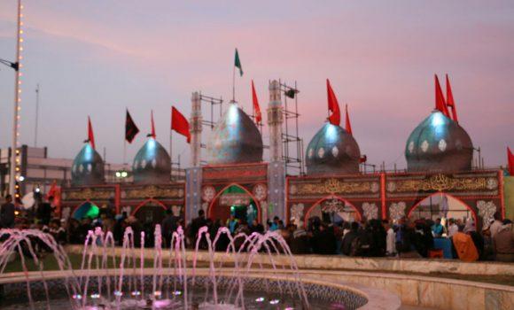 اهتزاز پرچم مسجد مقدس جمکران بر فراز موکب اربعین