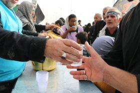 پذیرایی از زائران حسینی در موکب مسجد جمکران با عرقیات گیاهی