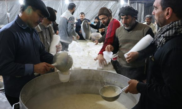 پذیرایی از زائران حسینی با حلیم شوشتری در موکب مسجد جمکران