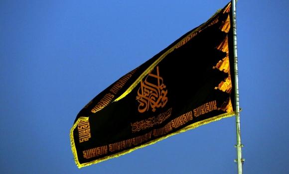اهتزاز پرچم عزای امام هادی(علیه السلام) بر فراز گنبد مسجد مقدس جمکران