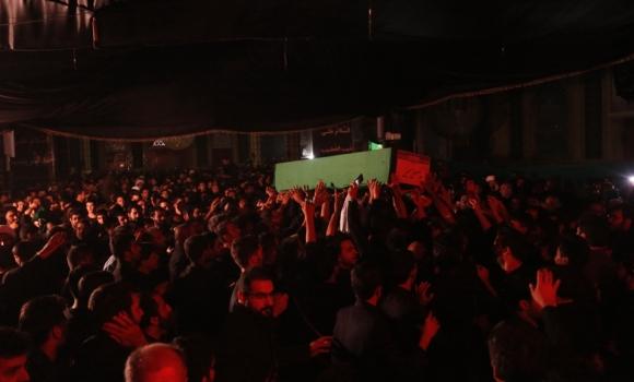 تشییع پیکر شهید مدافع حرم در مراسم شب هشتم محرم