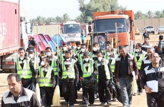 تلاش نیروهای شهرداری قم برای نظافت اطراف موکب مسجد مقدس جمکران