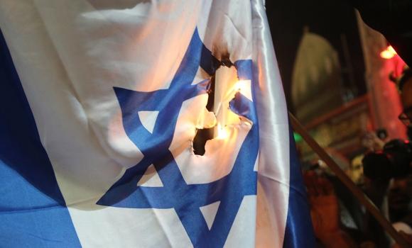 پرچم اسرائیل در موکب مسجد مقدس جمکران به آتش کشیده شد
