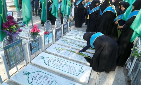 گلباران و عطرافشانی مزار شهدای مدافع حرم توسط خادمان مسجد مقدس جمکران