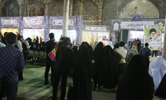 استقبال زائران مسجد جمکران از غرفه سخنرانی چندرسانهای خیمه معرفت نوروزی