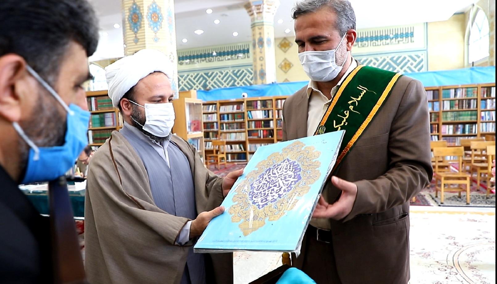 اهدای نشان خادمی مسجد مقدس جمکران به معاون شهردار قم