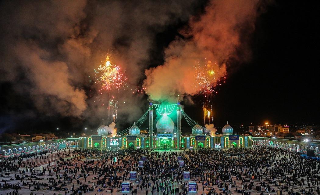 نورافشانی آسمان مسجد مقدس جمکران در شب نیمه شعبان