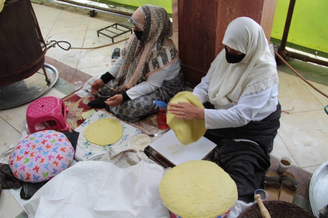 پخت نان توسط اهالی کرمان در مسجد مقدس جمکران